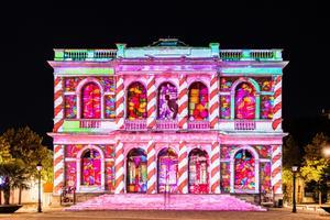 Le théâtre de la ville se pare chaque soir de couleurs bonbons et pastels. Crédit photo: Ville de Chartres / Groupement Martino / Marie-Jeanne Gauthé