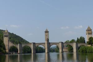 Le pont Valentré enjambe le Lot