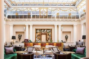 L'Hôtel du Louvre, dont le bar est installé sous une magnifique verrière, a rouvert le 6juin après quinze mois de travaux.