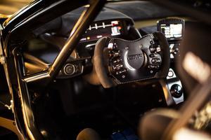 La GT Mk II dispose d'un siège de course Sparco sur mesure avec un harnais à six points.