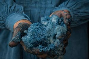 l faut parfois renouveler le bain  <br/>de teinture six fois avant d'obtenir la profondeur du bleu souhaité.