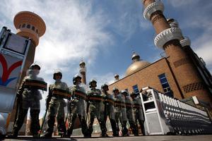 La police paramilitaire interdit l'entrée d'une mosquée à Urumqi.