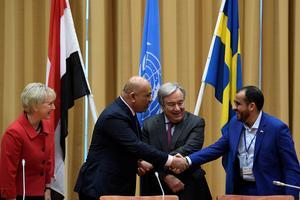 Le ministre des Affaires étrangères yéménite Khaled al-Yamani (à gauche), serrant la main du porte-parole houthi Mohammed Abdul-Salam (à droite), entourés d'Antonio Guterres, secrétaire général de l'ONU, et Margot Wallström, ministre des affaires étrangères suédoise.