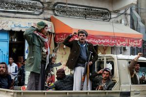 Des militants houthis célébrant la mort de l'ex-président Ali Abdallah Saleh, à Sanaa, le 4 décembre 2017.
