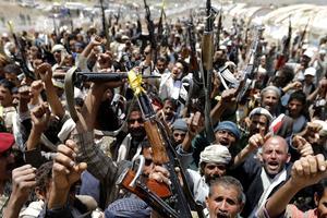 Des rebelles houthis se rassemblent près de la capitale yéménite Sanaa, le 10 septembre 2014.