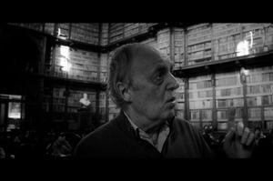 Dario Argento à la recherche d'un grimoire dans une bibliothèque romaine.