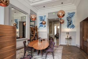 Œuvres d'artistes et de designers dans une «pièce à vivre» de l'hôtel Yndo.