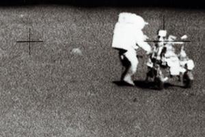 Edgar Mitchell sur la Lune le 5 février 1971, utilisant le MET, une sorte de chariot.