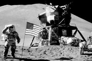 James Irwin posant près du module lunaire et du rover d'Apollo 15, le 11 août 1971.