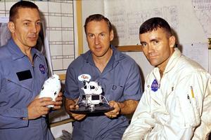 Les trois astronautes d'Apollo 13 photographiés le 17 avril 1970, quelques moments après leur retour sur Terre.