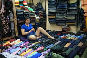 Une vendeuse du marché de Dong Xuan.