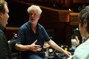 Le chef finlandais Jukka-Pekka Saraste en répétitions à Paris avec l'Orchestre national et le Philharmonique.