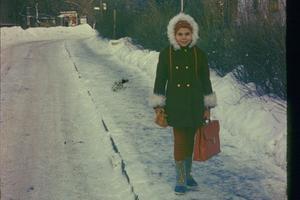 """Écolière. «Sur le chemin de l'école par -18 °C. Au bout de la rue, le tramway n° 23 qui, bientôt, me ramènera pour la dernière fois chez moi: en 1979, toute ma famille sera expulsée d'URSS pour cause d'""""asoviétisme"""".»"""