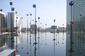 Le bassin Takis, sur l'esplanade de la Défense à Paris.