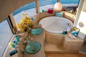 Le béton ciré encadrant une large baignoire, ronde elle aussi, rappelle le corail.