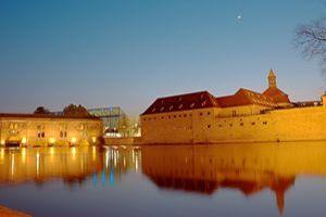 L'ENA est idéalement située au bord de l'eau, dans le quartier de la «Petite France».