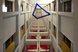 Une anamorphose réalisée par Felice Varini dans le bâtiment de l'Ensa. (©ENSA, CC BY-SA 3.0)