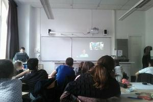 Concentrée, la classe cherche surtout à savoir les conditions pratiques de la vie sur l'ISS. ©LH