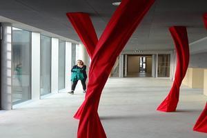Les passerelles de l'école d'art mettent en valeur des œuvres d'art contemporain. ©Raoul Gilibert