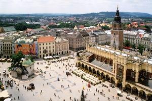 La place du marché à colonnes, Rynek Glowny, est en plein centre de Cracovie. Cc Par Pko