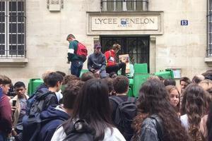 Devant le lycée Fénelon, certains jeunes assistent au blocus de leur établissement. ©LH