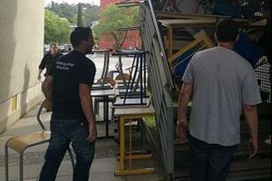 Plusieurs agents d'entretien de la fac en train de débloquer un bâtiment.