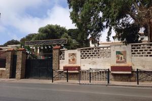 Le lycée Cheik Bouamama est situé dans le quartier du Golf.