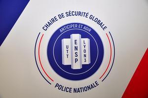 Le «sceau» circulaire bleu en fond du logo est un symbole en allusion à la sécurité.