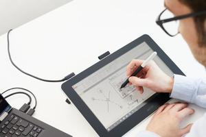 Son stylet numérique résout des problèmes où les claviers sont un défi.
