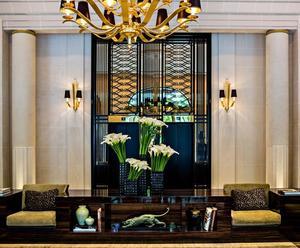 Lelobby du Prince deGalles (VIII <sup>e</sup>) enimpose par sonstyle Art déco, lemobilier sombre etsa grille d'ascenseur enferforgé noir.