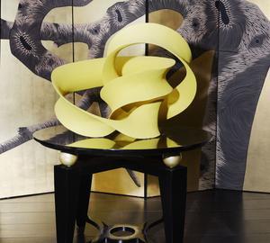 Installée devant un paravent de Zoé Ouvrier, une sculpture jaune citron de Merete Rasmussen.