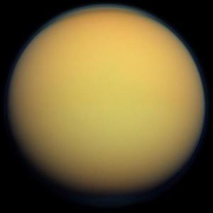 Titan est recouverte d'une épaisse atmosphère opaque.