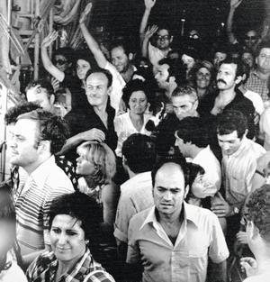 Les otages saluent la foule venue les attendre à l'aéroport Ben-Gourion.