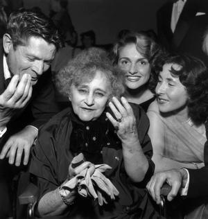 L'écrivain Colette (Sidonie Gabrielle Colette) entourée des comédiens Alain Cuny, Claire Maffei et Yannick Bellon le 8octobre 1952 pour la première de «Colette».