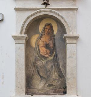 Peinture murale d'une Vierge dans les rues de la ville.