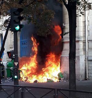 La porte en feu du lycée Voltaire après le feu de poubelles.