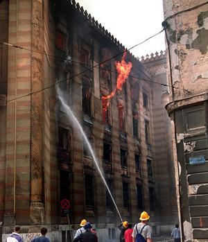 La bibliothèque de Sarajevo incendiée par les artilleurs serbes dans la nuit du 25 au 26 août 1992.