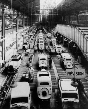 L'usine automobile Citroën, quai de Javel à Paris: la chaîne de préparation de carrosserie de la Traction Avant, vers 1934.