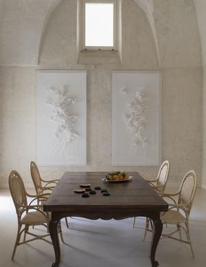 Salle à manger avec deux œuvres de Claudine Drai, chaises Sika.