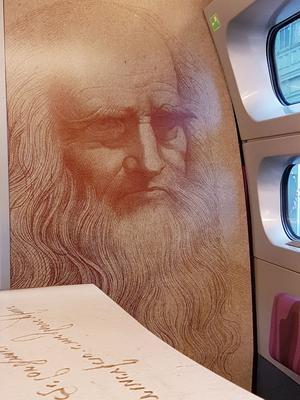 La voiture-bar du TGV Paris-Milan est entièrement pelliculée en hommage à Léonard de Vinci.