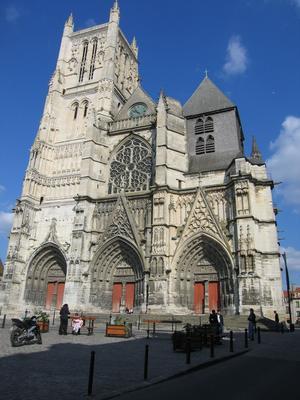 La construction de Saint-Étienne de Meaux a débuté en 1175, douze ans après ceux de Notre-Dame.