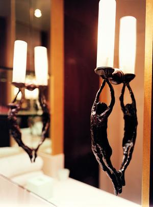 <i>D</i>es luminaires en bronze très «giacomettiens».