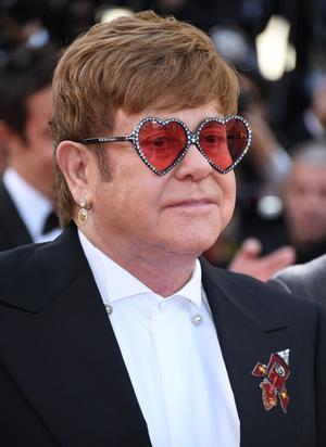 Elton John porte une boucle d'oreille Chopard.