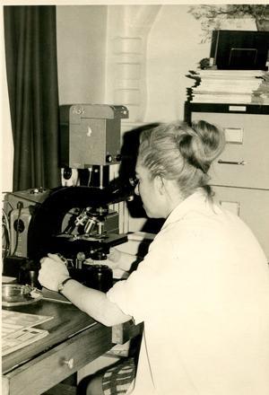 Marthe Gautier dans son laboratoire de Bicêtre en 1970.