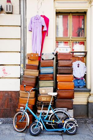 Sur les brocantes, tout s'achète et se collectionne: même des valises anciennes.