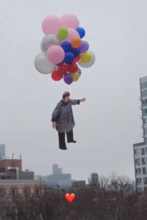 L'artiste JR a rendu hommage à Agnès Varda en la filmant s'envoler vers le ciel.
