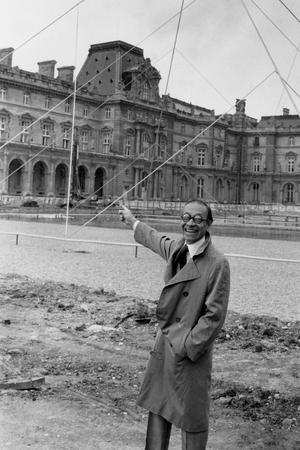 Ieoh Ming Pei devant la maquette grandeur nature de la pyramide du Louvre le 2 mai 1985.