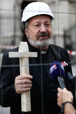 Mgr Gollnish portant la croix des Chrétiens d'Orient.