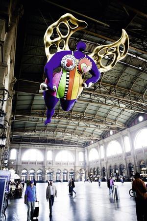 L'immense scupture de Niki de Saint Phalle accueille les voyageurs à la gare centrale de Zurich.