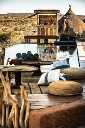 Bar à cocktails et piscine avec vue sur le bush, le lodge Omaanda mêle le chic et l'authentique à la perfection.